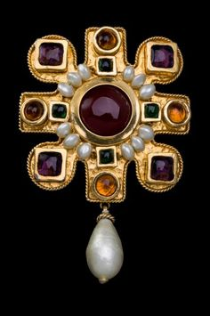 Chanel (1990), France Cruciform brooch. Poured glass, simulated pearls, gold plated. Signed CHANEL MADE IN FRANCE. © Pablo Esteva - The Collection of Barbara Berger