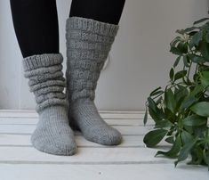 Sukkaohje: Tuhti-sukat - Neulovilla One Color, Colour, Leg Warmers, High Socks, Slippers, Legs, Knitting, Diy, Fashion