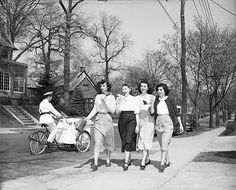 pin: // Women Eating Ice Cream 1949 photo by Ollie Atkins Bad Fashion, 1940s Fashion, Vintage Fashion, Ladies Fashion, Vintage Glamour, Vintage Beauty, Vintage Soul, Vintage Ladies, Good Humor Man