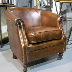 4a3b9e501070 chaise atelier chic en cuir vieilli marron et dossier capitonné Vical Home  Vical home en vente à 413,00 € seulement chez Auxportesdeladeco. Fauteuil  en cuir ...