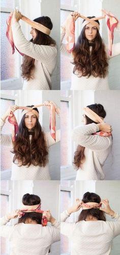 Chica mostrando un tutorial de como hacer un peinado con pañuelosChica mostrando un tutorial de como hacer un peinado con pañuelos