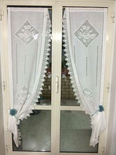 Le tende in lino e dettagli a uncinetto.... French Curtains, No Sew Curtains, Vintage Curtains, Shabby Chic Curtains, Crochet Curtains, Shabby Chic Cottage, Cortinas Shabby Chic, White Kitchen Curtains, Boston House