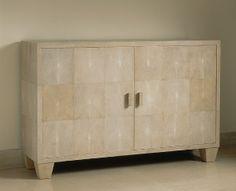 Jean-Michel Frank, Commode à deux portes entièrement recouverte de galuchat blanc ouvrant sur un intérieur en sycomore présentant trois tiroirs
