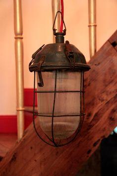 GARAGE, ancienne lampe suspension industrielle d'atelier ou d'usine type hublot... http://www.lanouvelleraffinerie.com/plafonniers-suspensions-lustres/863-garage-ancienne-lampe-suspension-industrielle-d-atelier-ou-d-usine-type-hublot.html