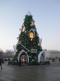 Ёлка-дом на Кафедральной площади Вильнюса.