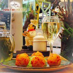 Όλος ο Φεβρουάριος ένα μεγάλο γλέντι στο Μανιτάρι Μαγικό! Φαγητό🍽 και ζωντανή μουσική🎙 κάνουν τις μέρες και τις νύχτες μας αξέχαστες!  📍Προσφυγικής Αγοράς 32-34 Μπιτ Παζάρ ,#Θεσσαλονίκη ☎️ 2310.268886 ⏰Καθημερινά από τις 13.00  #manitari_magiko #mpit_mpazar #thessaloniki #tavern #food #τοστέκιμας White Wine, Alcoholic Drinks, Menu, Food, Menu Board Design, Essen, White Wines, Liquor Drinks, Meals