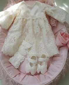 Abito da bambina in pizzo Chantilly con scarpe e archetto coordinati Gorgeous baby girl dress with detailed lace and matching shoes and headband included.available in blush pink and off white. Girls Baptism Dress, Girls Lace Dress, Dresses Kids Girl, Baby Dress, Girl Outfits, Flower Girl Dresses, Little Girl Fashion, Kids Fashion, White Pageant Dresses