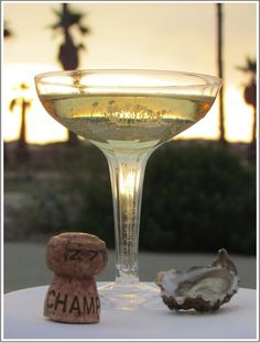 Champagne & oysters - this makes me think of all those Hercule Poirot films. Happy Hour, Glass Of Champagne, Champagne Taste, Vintage Champagne, Champagne Glasses, Tim Tim, Oyster Bar, Wine Art, In Vino Veritas