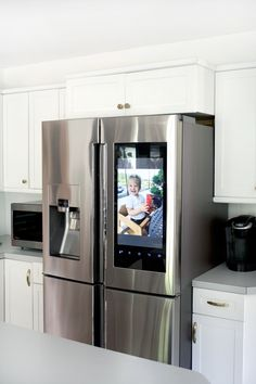 The Fridge That Changed Everything :: The Samsung Family Hub A photo slideshow is one amazing feature on the new Samsung Family Hub Fridge Kitchen Refrigerator, Kitchen Appliances, Bosch Appliances, Refrigerator Organization, Home Decor Kitchen, Home Kitchens, Samsung Fridge, Luxury Kitchen Design, Kitchen Models