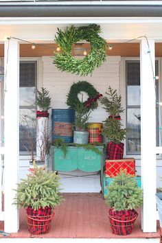 holiday porch decor Cozy Christmas, Simple Christmas, Vintage Christmas, Big Backyard, Christmas Decorations, Table Decorations, Porch Decorating, Tis The Season, Front Porch