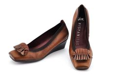 HI26615 Tan. If you always prefer low heels for everyday use, you'll love the chic sophistication of these low wedges. These are the ideal pumps to wear with jeans, trousers and chinos. #shoes #moda #hispanitas