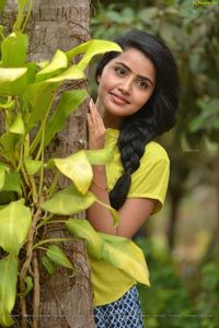 Anupama Parameswaran New Pics - Photo Gallery Beautiful Girl Photo, Beautiful Girl Indian, Most Beautiful Indian Actress, Simply Beautiful, Indian Actress Photos, Indian Film Actress, Blur Background Photography, Love Background Images, Persian Girls
