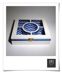 [010.01] caixa guarda-jóias.  Caixa em madeira pintada pintada e com tampo em vidro. Interior revestido com padrão zig-zag e rematado com fita de seda no mesmo tom. Dimensões [alt. x larg. x larg.]: 5x20x20cm.  Preço sob consulta. Disponível em qualquer cor que se desejar mediante encomenda.