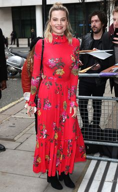 Saturated floral dresses are surprisingly versatile – as cute with black boots ( Star Fashion, Fashion Outfits, Womens Fashion, Shop For Less, Satin Midi Skirt, Sixties Fashion, White Outfits, Winter Dresses, Celebrity Style