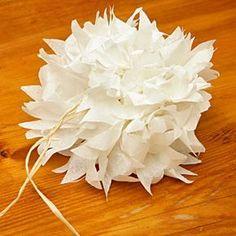 Je vous propose de vous expliquer comment réaliser une fleur en papier. Elle ressemble à une pivoine. Fleur dont je suis fan et que je trouve très festive. Elle pourra servir de décoration sur un paquet cadeau. Pour réaliser cette fleur, j'ai utilisé du papier de soie ivoire et un brin de raphia naturel. J'ai … Continuer la lecture de Pivoine en papier de soie