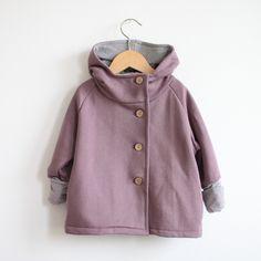 Kuschelig und süß: die Wichteljacke aus Sweatshirtstoff! Besonders für die Kleinen eine tolle Jacke für jede Gelegenheit.  100% Baumwolle Bündchen: 95% Baumwolle, 5% Elastan    Waschanleitung:...
