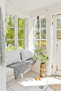 sunroom of my dreams. reminds me of meg& old porch. :) sunroom of my dreams. reminds me of megs old porch. Cozy Cottage, Cottage Style, Indoor Sunrooms, Coin Banquette, Estilo Country, Country Style, Interior Decorating, Interior Design, Cozy Corner