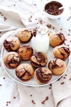 Buram buram muz kokan bir mutfak, sevgiyle pişen yumuşacık kekler, bir elinde…