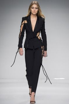 Another Haute Couture Paris fashion week kicked off tonight with the Atelier Versace fashion show for their new Spring/Summer 2016 collection. Fashion Mode, Fashion Week, Look Fashion, Runway Fashion, High Fashion, Fashion Show, Fashion Outfits, Womens Fashion, Fashion Design