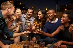 Gruppo di amici godendo serata al Bar sul tetto - foto stock