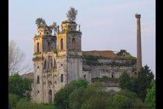 O Mosteiro de Seiça (Figueira da Foz) remonta ao reinado de D. Afonso Henriques. No início do séc. XX, o edifício foi transformado em unidade industrial. Devoluto desde o encerramento da unidade fabril, o que subsiste do mosteiro encontra-se em avançado estado de ruína (foto: Wikipedia)