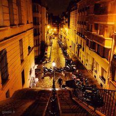 2016-01-26 #France #Paris #Montmartre Midnight dogwalk #travel #cityscape #ParisByNight #urban #citylights #wanderlust #stairs #streetphotography #winter #night #iphone (à Montmartre)