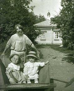 Садовник катает детей в тачке. Имение Д.И.Четверикова Тимофеевка в Богородском уезде. 1910-е