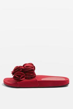 L2017 http://www.topshop.com/en/tsuk/product/shoes-430/sliders-6467817/hewitt-ruffle-sliders-6871087?bi=0