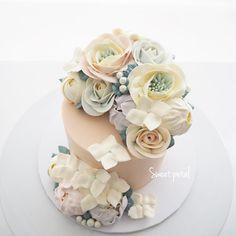 Repost sweetpetalcake    0.5 pound flower buttercream cake