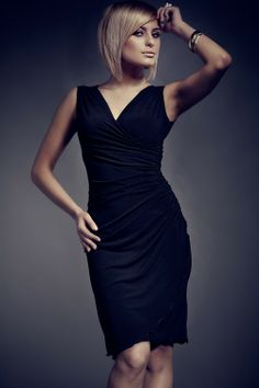 Magnifique robe moulante et légèrement décolletée avec un esprit jupe portefeuille et un effet drapé porté sur la hanche.