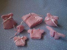 Malu´s Minis: Punto de media y ganchillo Baby Doll Nursery, Baby Dolls, Knitting Dolls Clothes, Doll Clothes, Minis, Baby Shawer, Baby Booties, Doll Accessories, Dollhouse Miniatures
