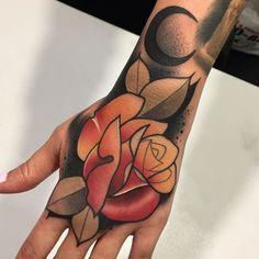 Primer tattoo en co material de Skull Rose Tattoos, Flower Tattoos, Body Art Tattoos, Hand Tattoos, Creative Tattoos, Unique Tattoos, Beautiful Tattoos, Traditional Tattoo Sketches, Neo Traditional Tattoo