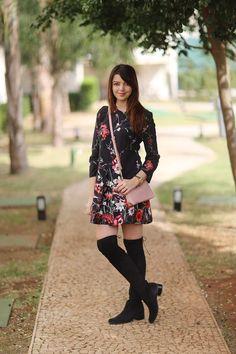 Look do dia com casaco vermelho, bolsa rosa, bota over the knee e vestido floral. http://www.justlia.com.br/2015/06/look-do-dia-vermelho-e-rosa/