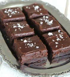 Fudge brownies m flingsalt Chocolate Dipped Fruit, Best Chocolate Desserts, Köstliche Desserts, Sweets Recipes, Brownie Recipes, Cookie Recipes, Delicious Desserts, Homemade Chocolate Frosting, No Bake Brownies