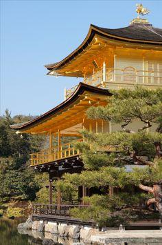 Le pavillon d'or, l'un des temples bouddhistes les plus visités à Kyoto, Japon