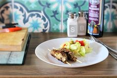 Görögös fasírt - Városi konyha Vinaigrette, Minion, Meat Recipes, Plastic Cutting Board, Cilantro, Minions, Vinaigrette Dressing