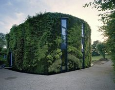 What once seemed like a fad in landscape architecture has become a new facade standard: the vertical garden. Whether to add greenery to an area otherwise bou. Biophilic Architecture, Sustainable Architecture, Sustainable Design, Cabinet D Architecture, Architecture Design, Theatre Architecture, Victorian Architecture, Green Facade, Green Roofs