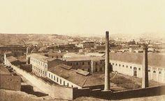 Fábrica de Tabacos de Alicante. De principios del siglo XIX.               Su estructura era la típica de toda fábrica de cigarros y cigarrillos de la época: planta baja, principal y superior. El número de personas que trabajaban en ella fue aumentando hasta la época de mayor actividad a finales del siglo XIX con más de 5.500 trabajadores de ambos sexos.