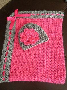 Súper elegante rosa y gris del ganchillo manta y gorro que empareja. Ideal para regalos de bebé! Hecho con hilo suave de bebé con flor de la