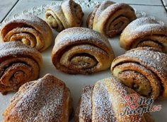 Dokonalé pudinkáče s vanilkovým krémem a jahodami   NejRecept.cz Bread, Food, Brot, Essen, Baking, Meals, Breads, Buns, Yemek