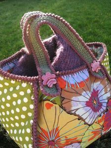 Cute idea for crocheting fabric together to make a bag