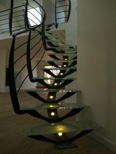 Escalier d'intérieur illuminé en metal