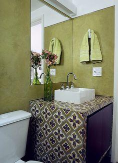 A combinação de cores intensas com estampas imprime personalidade ao banheiro de 3,20 m². Ladrilhos hidráulicos em tons de verde e roxo revestem a caixa de concreto com a cuba de apoio. Projeto da arquiteta Adriana Yazbek Shower Door, 20 M2, Warm Showers, Spanish Tile, Industrial Bathroom, Take A Shower, Washroom, Small Bathroom, Sweet Home