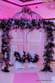 Met een romantische trouwboog/rozenboog maak je het perfecte decor waar jullie elkaar het JA woord zullen geven. De trouwboog decoreren wij natuurlijk helemaal in stijl, passend bij het thema van jullie bruiloft, je bruidsboeket en al het overige bruidsbloemwerk. Floral Wreath, Wreaths, Table Decorations, Floral Crown, Door Wreaths, Deco Mesh Wreaths, Floral Arrangements, Garlands, Dinner Table Decorations