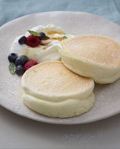 Panqueca fofa - home-dekor - Delicious Pancakes Fluffy Pancakes, Pudding Cake, Savoury Cake, Mini Cakes, Gelato, Clean Eating Snacks, Sweet Recipes, Waffles, Food And Drink