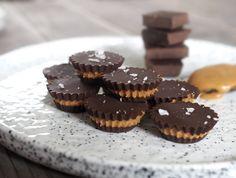 Gör nyttiga peanut butter cups! Dessa choklad och jordnötssmör-bitar innehåller endast 3 ingredienser och är superenkla att göra. Nyttigt, ekologiskt godis!