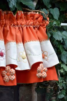 in tessuto vichy Sewing Hacks, Sewing Crafts, Sewing Projects, Farmhouse Curtains, Kitchen Curtains, Tulle Curtains, Window Curtains, Cortinas Country, Large Flower Arrangements