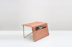 『The Pocket side Table』は、リビング周りに置きたい一石二鳥の家具です。革×スチールの質感が美しいこちらのサイドテーブル。天板がそのまま側面にまで伸びており、マガジンラック(ポケット)になっているのがポイントです。 雑誌や新聞など、読みかけのあれこれを放り込んでおくと便利そう。レザーソファとコーディネートしてみてはいかが?(via FFFFOUND!)