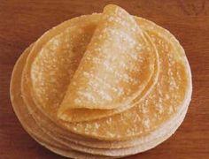 ncontournable en Bretagne, la crêpe beurre-sucre reste un classique des repas du dimanche après-midi dans les familles bretonnes.  Il n'est pas rare que les convives s'adonnent au concours du plus gros mangeur de crêpe beurre-sucre, commençant à calet en général vers la dixième crêpe... Crepes, Health Fitness, Ethnic Recipes, Sunday Meal Prep, Families, Pageants, Brittany, Pancakes, Pancake