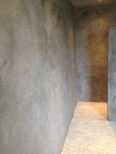 Badkamer, andere kleur muur, maar combi tussen betonlook muur en kleine steentjes: mooi!